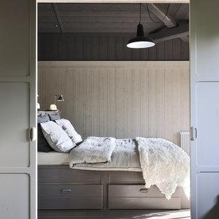 Exemple d'une chambre parentale nature de taille moyenne avec un mur beige et un sol en bois clair.