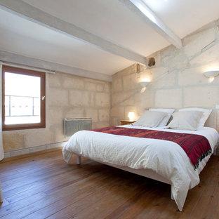 Cette photo montre une chambre nature avec un mur blanc et un sol en bois clair.