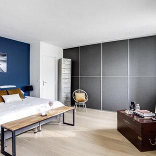 Foto de dormitorio principal, nórdico, con paredes azules, suelo de madera clara y suelo beige