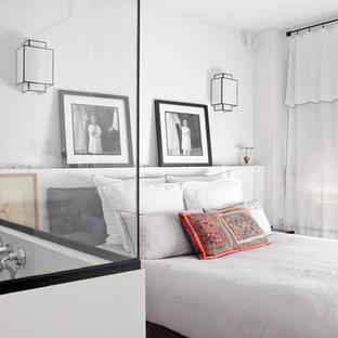 Idée de décoration pour une chambre parentale tradition de taille moyenne avec un mur blanc et aucune cheminée.