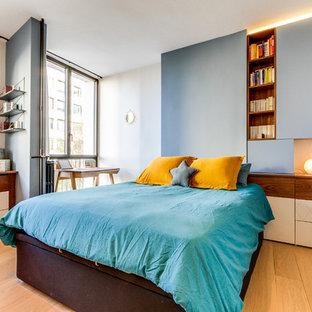Idée de décoration pour une chambre design avec un mur blanc, un sol en bois brun et un sol marron.
