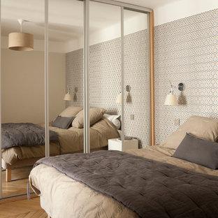 Inspiration pour une chambre design avec un mur multicolore et un sol en bois brun.