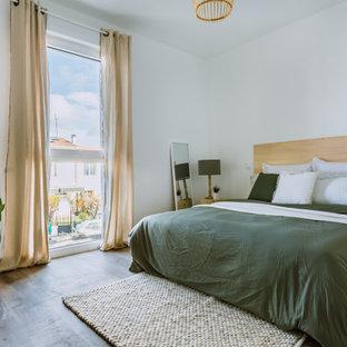 Mittelgroßes Nordisches Hauptschlafzimmer mit weißer Wandfarbe, Linoleum und grauem Boden in Bordeaux
