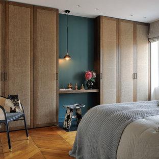 Idée de décoration pour une chambre design de taille moyenne avec un mur blanc, un sol en bois brun et un sol marron.