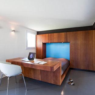Idées déco pour une chambre parentale contemporaine de taille moyenne avec un mur blanc.