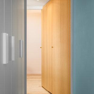 Ejemplo de dormitorio principal con paredes rosas y suelo de madera clara