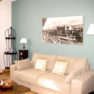 Ejemplo de dormitorio principal, clásico, de tamaño medio, con paredes azules y suelo de ladrillo