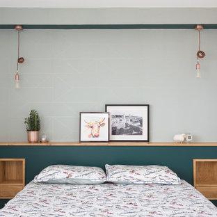 Diseño de dormitorio principal, contemporáneo, de tamaño medio, con paredes verdes, suelo de madera clara y suelo beige