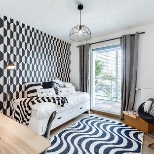Inspiration pour une chambre d'amis design avec un mur blanc et un sol en bois clair.