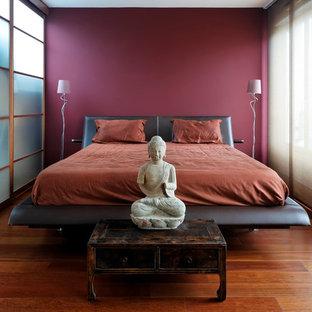 Idée de décoration pour une chambre parentale asiatique de taille moyenne avec un mur violet et un sol en bois brun.