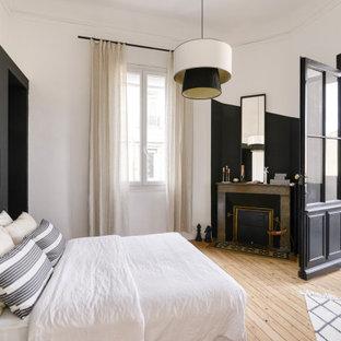 Idées déco pour une chambre parentale contemporaine de taille moyenne avec un mur blanc, un sol en bois clair, une cheminée standard et un sol beige.