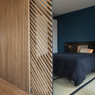 Foto di una camera matrimoniale design di medie dimensioni con pareti blu, pavimento in tatami, nessun camino e pavimento bianco