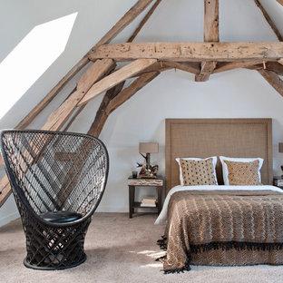 Aménagement d'une chambre avec moquette campagne avec un mur blanc.
