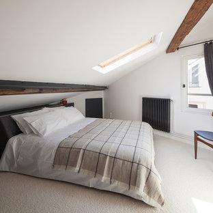 Inspiration pour une chambre nordique de taille moyenne avec un mur blanc, aucune cheminée et un sol beige.