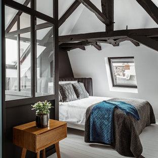 Inspiration pour une chambre nordique avec un mur gris, un sol en bois peint et un sol blanc.
