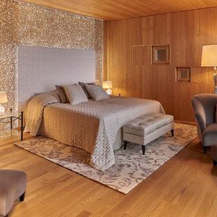 Inspiration pour une chambre chalet avec un mur marron et un sol en bois brun.