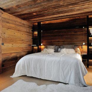 Idées déco pour une chambre parentale montagne de taille moyenne avec un mur marron, un sol en bois clair et aucune cheminée.
