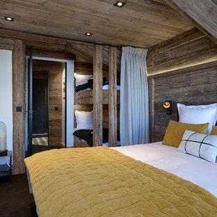 Cette photo montre une chambre montagne avec un mur marron et un sol marron.