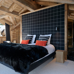 Exemple d'une chambre montagne avec un mur marron et un sol beige.