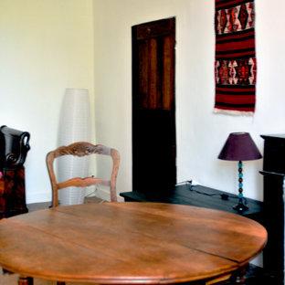 Ejemplo de dormitorio principal, clásico renovado, extra grande, con paredes blancas, suelo de baldosas de terracota, chimenea tradicional, marco de chimenea de piedra y suelo rosa