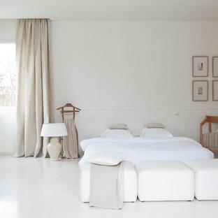 Inspiration pour une grande chambre d'amis design avec un mur blanc.