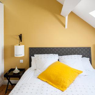 Idées déco pour une petite chambre mansardée ou avec mezzanine contemporaine avec un mur jaune.
