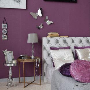 Idee per una camera matrimoniale shabby-chic style di medie dimensioni con pareti viola e moquette