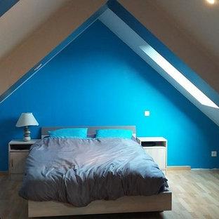 Inspiration Pour Une Chambre Mansardée Ou Avec Mezzanine Minimaliste Avec  Un Mur Bleu Et Un Sol