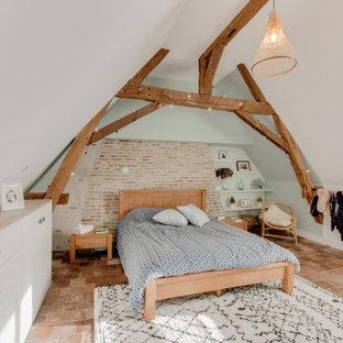 他の地域の中くらいのカントリー風おしゃれな主寝室 (緑の壁、テラコッタタイルの床、暖炉なし、茶色い床) のレイアウト