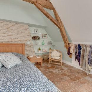 Стильный дизайн: хозяйская спальня среднего размера в стиле кантри с зелеными стенами, полом из терракотовой плитки и коричневым полом без камина - последний тренд