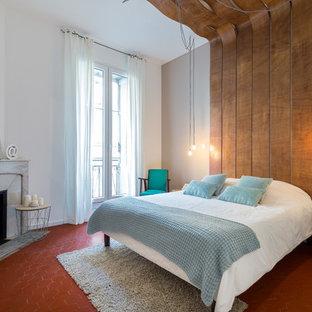 Exemple d'une chambre tendance de taille moyenne avec un mur beige, une cheminée d'angle et un manteau de cheminée en pierre.
