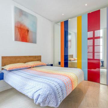 Chambre contemporaine dans un appartement design aux couleurs estivales - Paris