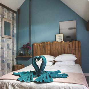 ストラスブールの中サイズのビーチスタイルのおしゃれなゲスト用寝室 (青い壁、ラミネートの床、白い床) のレイアウト