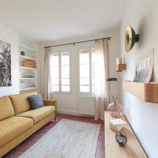 Foto de habitación de invitados nórdica, de tamaño medio, sin chimenea, con paredes blancas, suelo de baldosas de terracota y suelo rojo