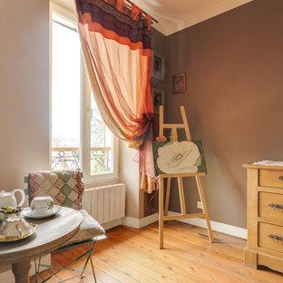 Идея дизайна: маленькая гостевая спальня в стиле кантри с коричневыми стенами, темным паркетным полом, угловым камином, фасадом камина из бетона и коричневым полом