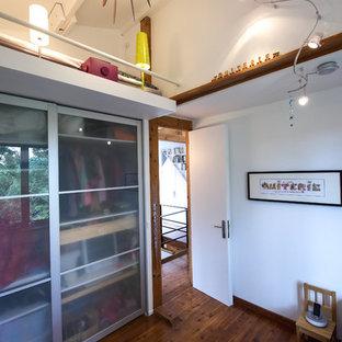 Cette photo montre une chambre mansardée ou avec mezzanine tendance.