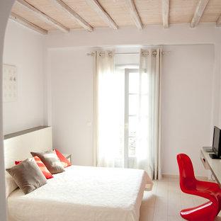 Idée de décoration pour une chambre d'amis nordique de taille moyenne avec un mur blanc, un sol en bois peint et un sol beige.