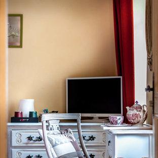 Imagen de dormitorio principal, clásico renovado, de tamaño medio, con paredes amarillas, suelo de baldosas de cerámica y suelo rojo