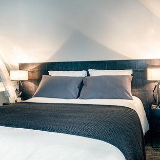 Imagen de dormitorio principal, clásico renovado, de tamaño medio, con paredes beige, suelo vinílico y suelo marrón
