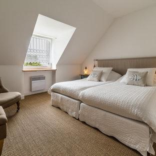 レンヌの中くらいのビーチスタイルのおしゃれな主寝室 (白い壁、竹フローリング) のレイアウト