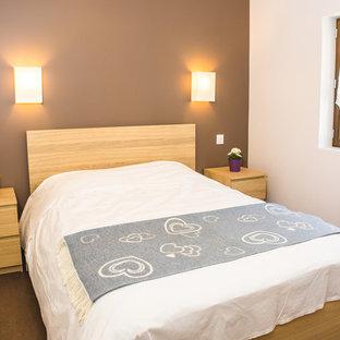 Kleines Modernes Hauptschlafzimmer mit brauner Wandfarbe, Linoleum und braunem Boden in Grenoble