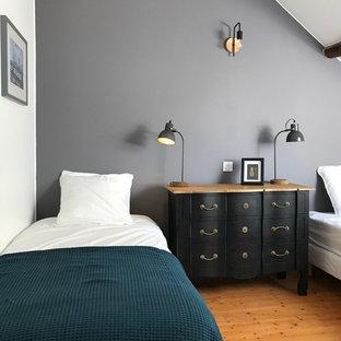 Inspiration pour une chambre traditionnelle avec un mur blanc, un sol en bois brun et un sol marron.