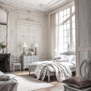 Immagine di una camera da letto vittoriana con letto davanti alla finestra