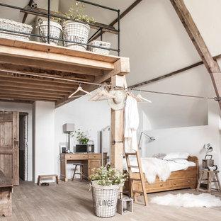 Foto de dormitorio principal, nórdico, pequeño, con paredes blancas y suelo de madera clara