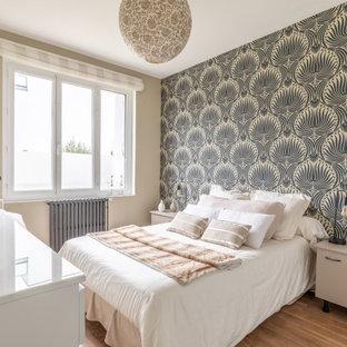 Idée de décoration pour une chambre design avec un mur multicolore, un sol en bois brun, un sol marron et du papier peint.