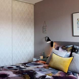 Idées déco pour une chambre parentale contemporaine de taille moyenne avec un mur gris et aucune cheminée.