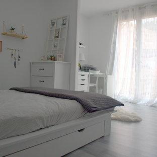 Camera da letto shabby-chic style con pavimento in laminato ...