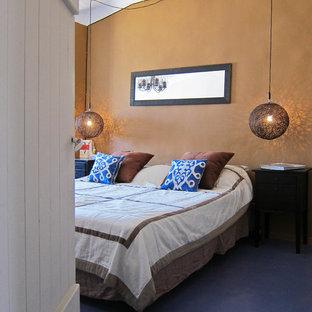 Diseño de dormitorio principal, mediterráneo, grande, con paredes marrones y suelo de linóleo