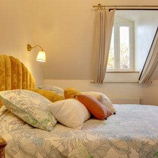 Foto de dormitorio principal, minimalista, pequeño, con parades naranjas, suelo laminado y suelo marrón