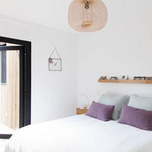 Inspiration pour une chambre avec un mur blanc et aucune cheminée.